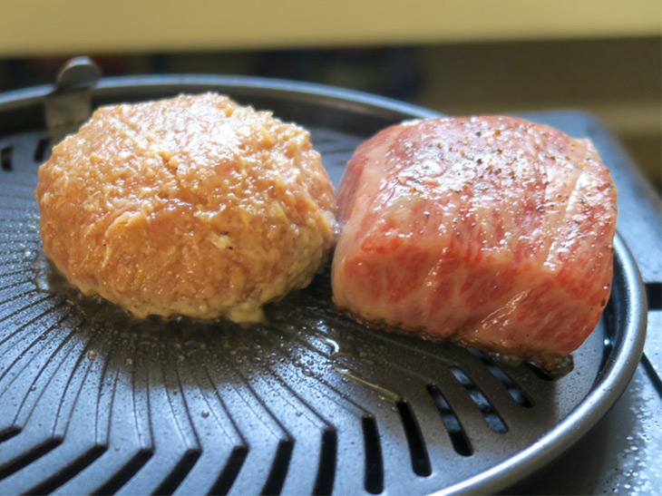 塊肉はサシの入った方向を見て焼く面を決める。サシは斜めに入っているので、その両端の面から焼くことで、肉の脂を内側に閉じ込められる