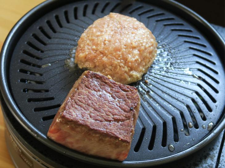肉から出た脂は、プレート表面の溝を伝って水皿に落ちる