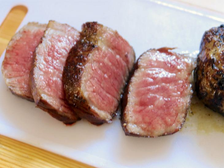 焼肉プレートでこんなふうに焼き上がるとは意外。や決まるは塊肉を焼くのにも活用できると確信できた