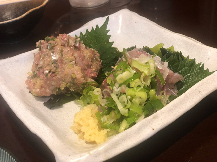 「太ったイワシのなめろう」480円と、「釣りあじ刺し」680円。神山さんが釣る横浜沖の金アジは、特にふっくらしていて脂がのっているのが特徴