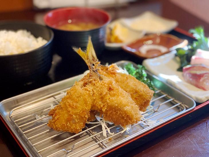 「夜の定食」(竹)1580円は、釣りあじフライと刺身、ごはん、お味噌汁