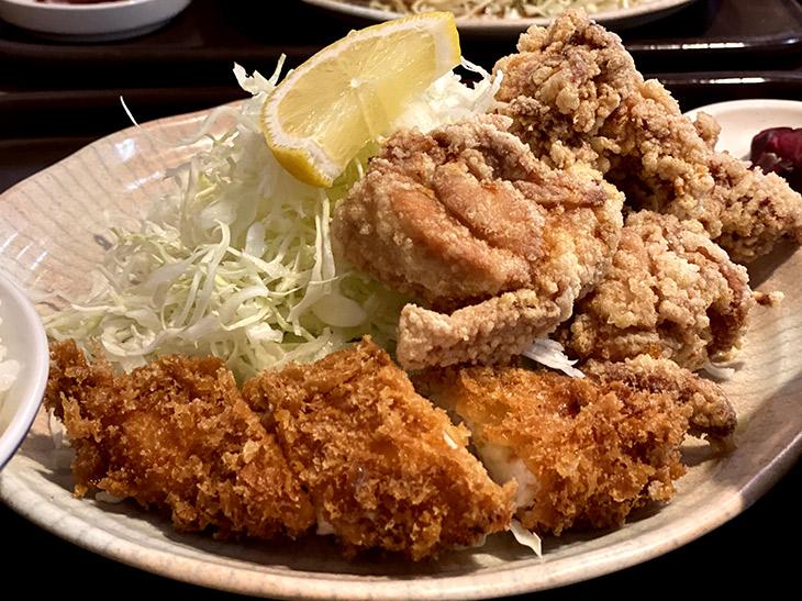 「チキンチキン定食」880円。ご飯、お味噌汁、お漬物付き