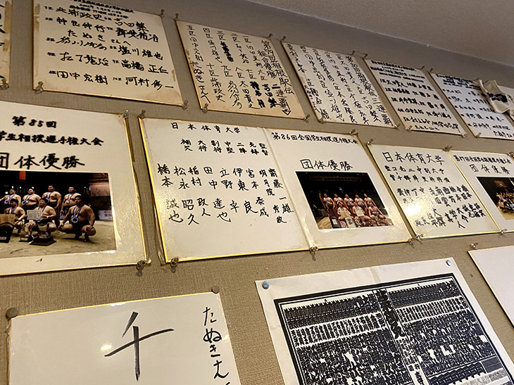 店内には、日体大や駒沢大などの体育会系の学生が寄せた色紙がたくさん貼られています