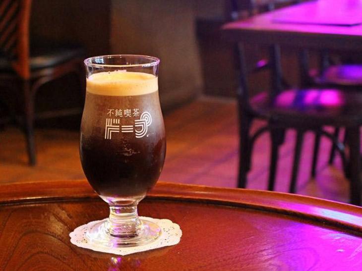 黒ビールのような見た目が特徴的な「ニトロコーヒー」