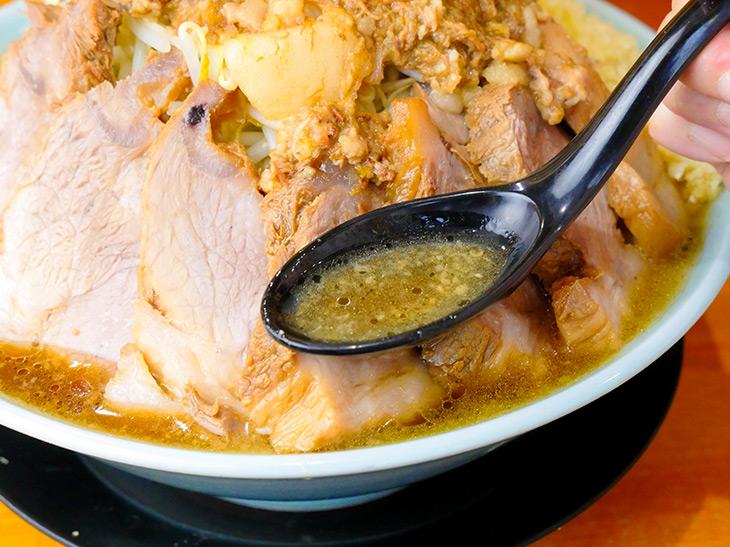 スープは豚骨醤油。時間が経つごとにチャーシューと背脂から滲み出る旨味がパワーアップ