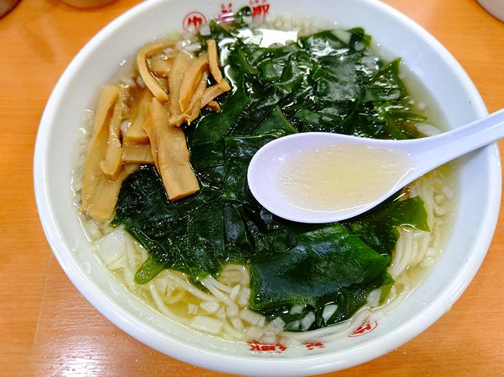 秘伝のタレにラード、米酢、隠し味に白ワインを加え、透明な豚骨スープで割る