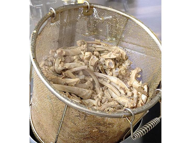 スープに使われた大量の豚骨。スープを取るのは昼の部・夜の部で1日2回