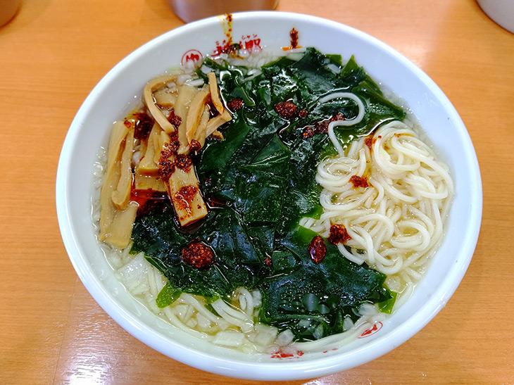 自家製ラー油を加え赤い花が咲いたような「湯麺」。ピリッと味が引き締まる