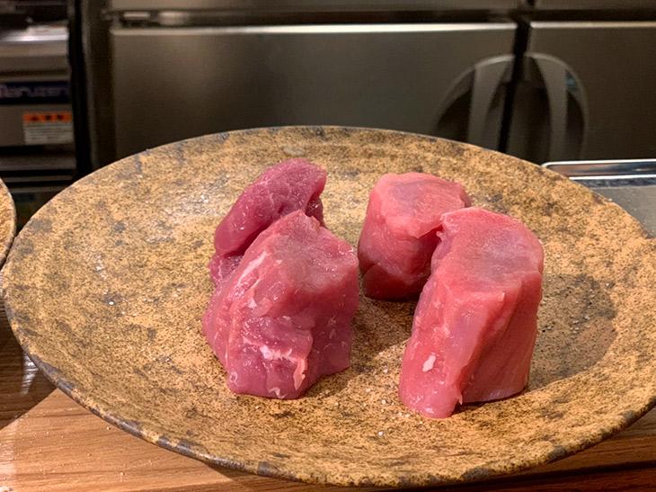 この日、使用されていたのは鹿児島の「南洲自然豚」と同じく鹿児島の店主・けい太さんの実家で育てているという「六白黒豚」。こちらは共にフィレ肉