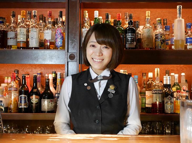 オーナーバーテンダーの小栗絵里加さん。キュートな笑顔と気さくな人柄に男女問わずファン多し。
