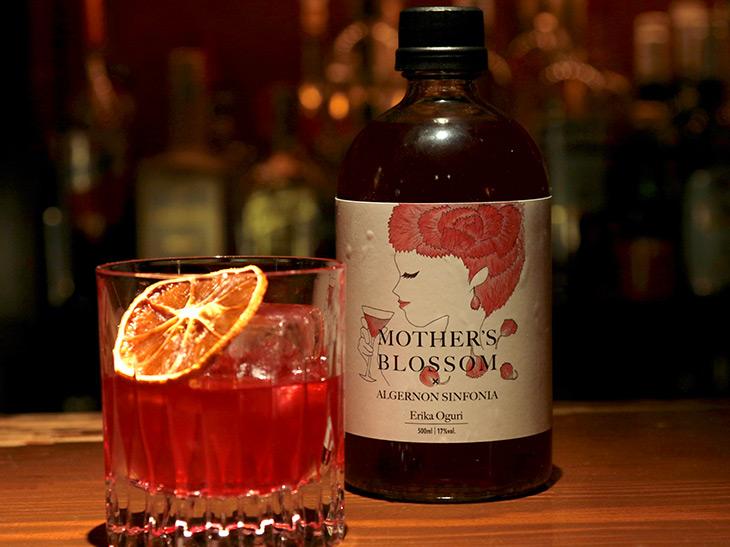 500本限定で発売されている「ボトルカクテル」500ml、4500円(税別)(https://c.japanese-cocktail-creation.com/index.html)。ボトルデザインは小栗さん作