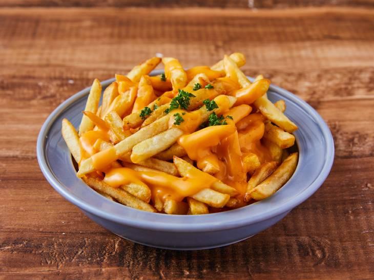 グレービーソース&チーズたっぷり! カナダ発祥の進化系フライドポテト「プーティン」が人気の理由