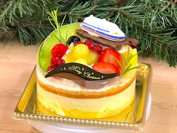 京橋千疋屋の「ポム・ベール」(4860円)は、フルーツケーキに新幹線をトッピングした子どもに大人気のケーキ。40台限定