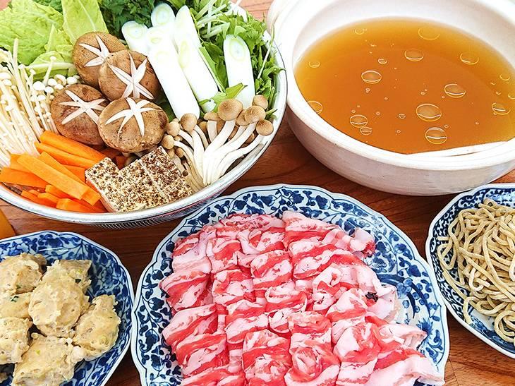 鍋用スープ、特製鶏団子、〆用の自家製生麺、調味だれ、柚子果汁など、2~3人前×2回分がセット