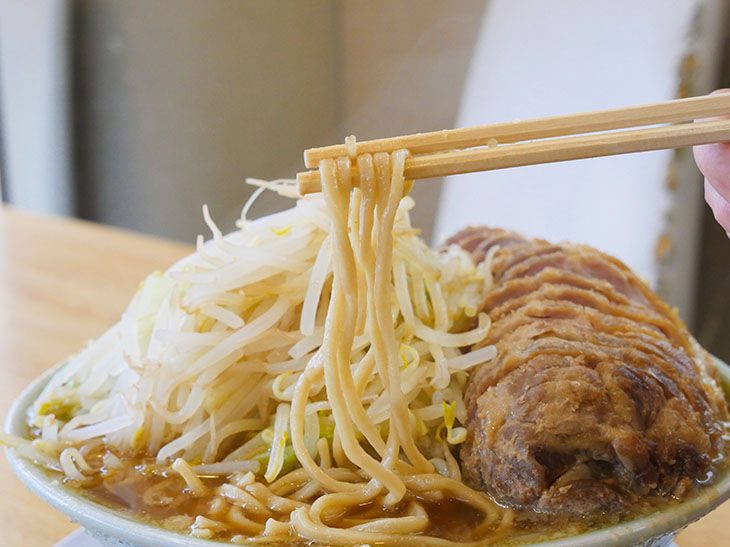 中太のストレート麺。伸びる前に完食したいが、推定500g。きっと無理っす