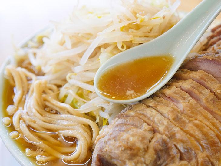 序盤の透明感あるスープ。これが後半になると、ドスッと濃厚な味わいに進化