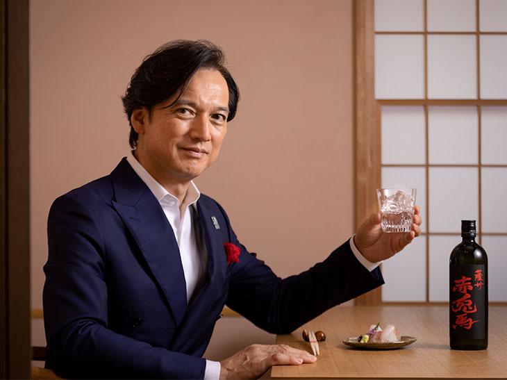 神奈川県葉山町出身。コラムニスト、美食評論家。ラグジュアリーライフをテーマに雑誌、テレビ、講演にて活躍中。フランス・シャンパーニュ騎士団の騎士爵位、スペイン・カヴァ騎士の称号を受勲。「世界のベストレストラン50」の日本評議委員長も務める