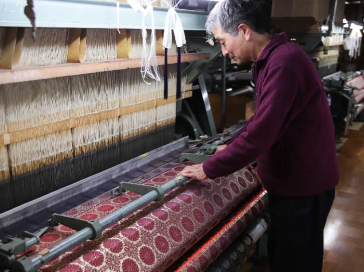 山梨県富士吉田市の伝統的な織物技術を採用