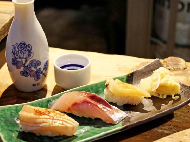 コスパ最高の立ち食い寿司『にぎにぎ一』(中野)で地魚握りを堪能してきた