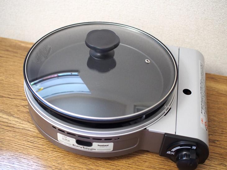 プレートの底辺の直径は約28cm。深さ約3cm、高さ約5.5cm。ホットプレートとグリル鍋の2役をこなす