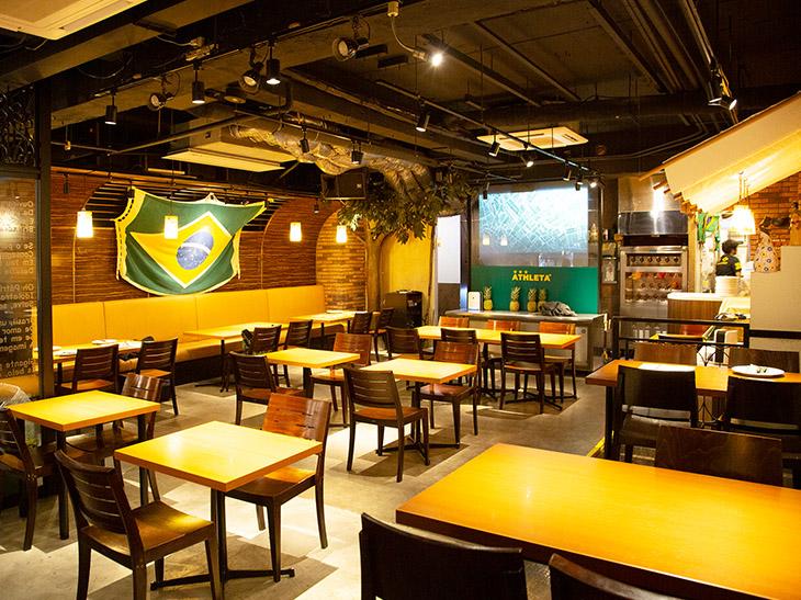 席数60の広い店内(現在は間隔を空け42席に)。ブラジルの装飾が多く楽しい店内