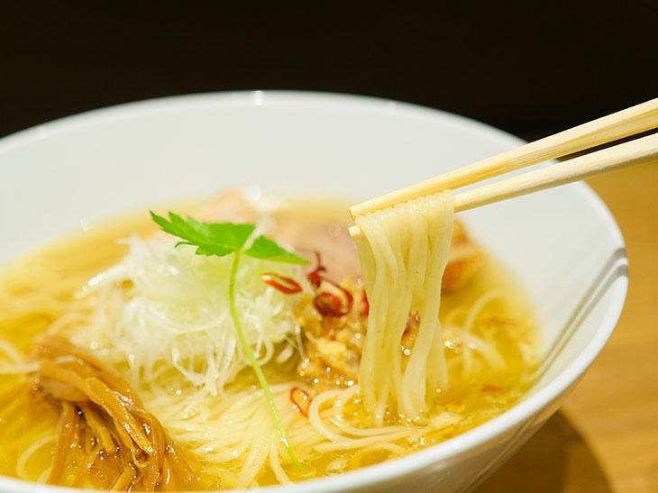 麺は店主が敬愛してやまない『支那そばや』の謹製。柳枝のようにしなやかで、スープをしっとりと絡める細麺だ