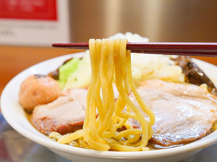 名門『三河屋製麺』製の平打ち麺を使用