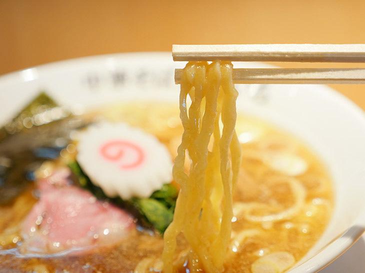 プルンとした麺肌が唇に優しい『新宿だるま製麺』謹製の縮れ平打ち中太麺
