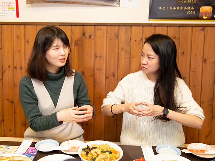 台湾の餃子の大きさを表すふたり