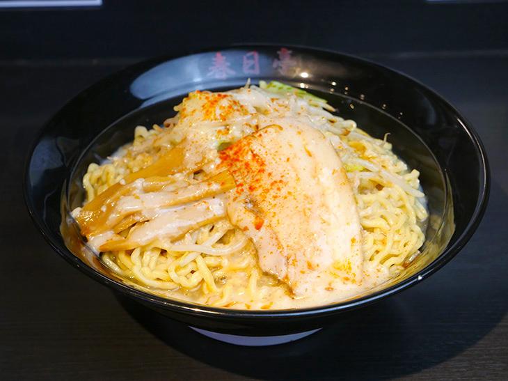 「鳥豚油そば(最強盛)」990円。3.5玉分の麺が山状態。(2020年3月現在)