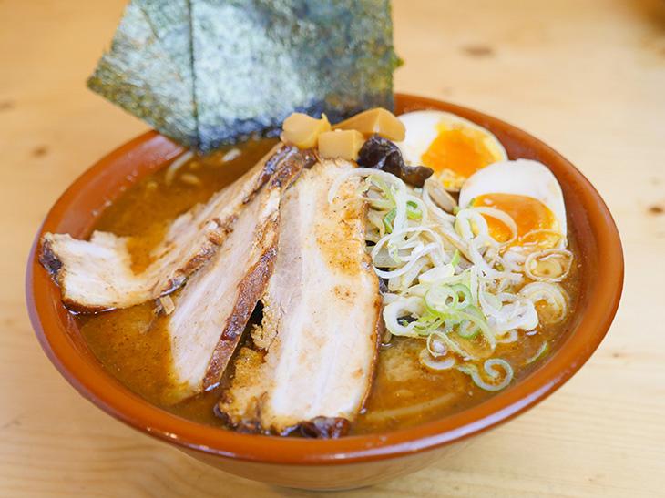 「特製にぼし味噌らーめん」1150円+麺特盛230円。(2020年7月現在)
