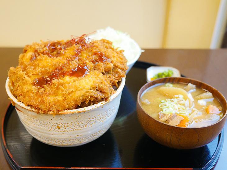 約1.2kg!? 川崎市の『かつ膳』でデカ盛りすぎる「タレかつ丼」を食べてきた