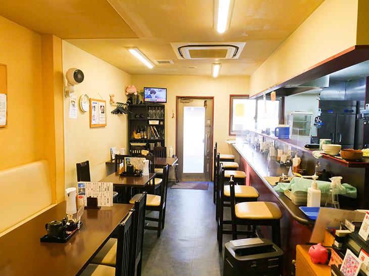 店内はテーブル席とカウンター席がある。向河原にオープンして約11年