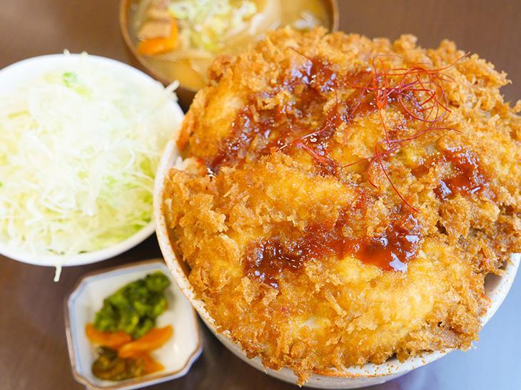 カツが一面を覆う「Wキムタレかつ丼のセット」ランチ1100円、夜は1250円
