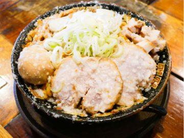 背脂チャッチャ系の名店! 大崎広小路『平太周』のデカ盛り油そば「爆盛油脂麺」