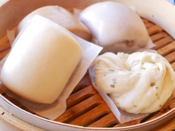 饅頭各種。左下から時計回りに「牛乳」100円、「黒糖」100円、「タロイモ」100円、「塩ねぎ花巻」120円