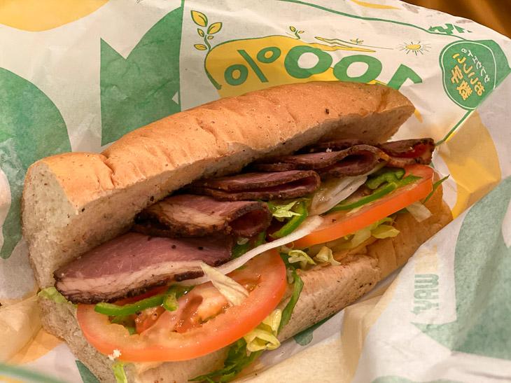 こちらはローストビーフのサンドイッチ