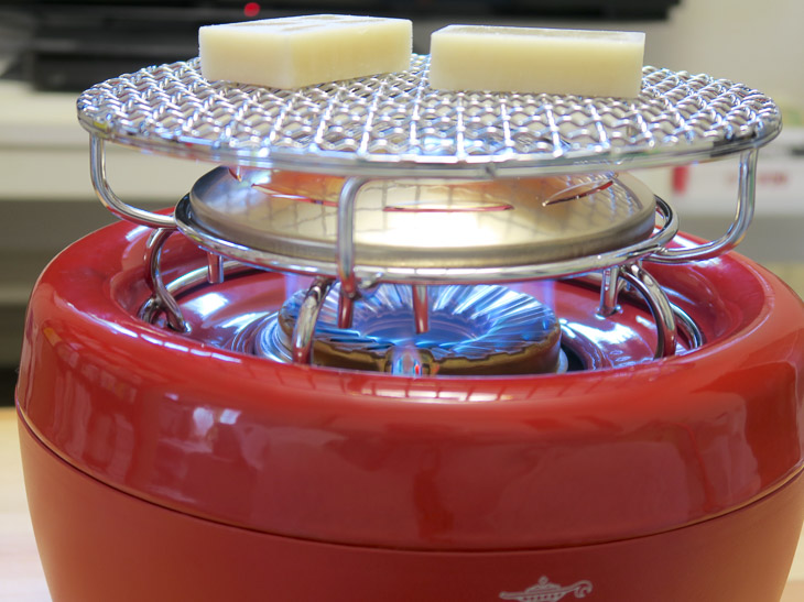 直火だと火力が強くて焦がしてしまいがち。ヒバリンは輻射プレートを赤熱させて発生する熱で加熱するので、食材の焼きムラを抑えて、なかまでじっくり焼ける