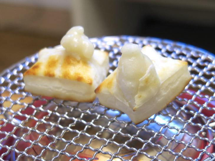お餅がふくらむ様子を眺めながら焼くのは楽しい。熱で焼き上げるので表面が焦げにくいのがいい