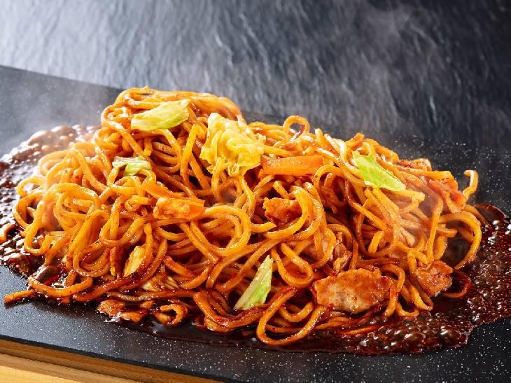 辛くて濃厚! 「赤から鍋」の味噌ダレが光るレンチン調理OKの「赤から焼きそば」が新発売