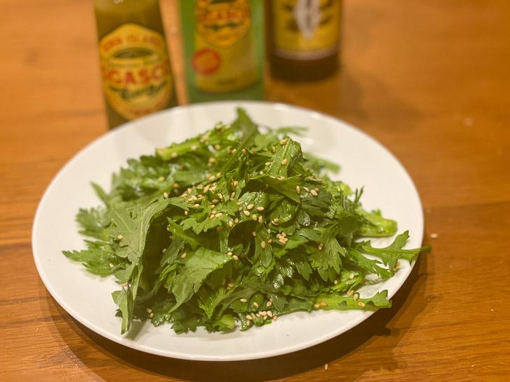 春菊に「オガスコ」とごま油、塩少々を和えたサラダ。シンプルなサラダも、オガスコの香りが食材の美味しさを引き立てます