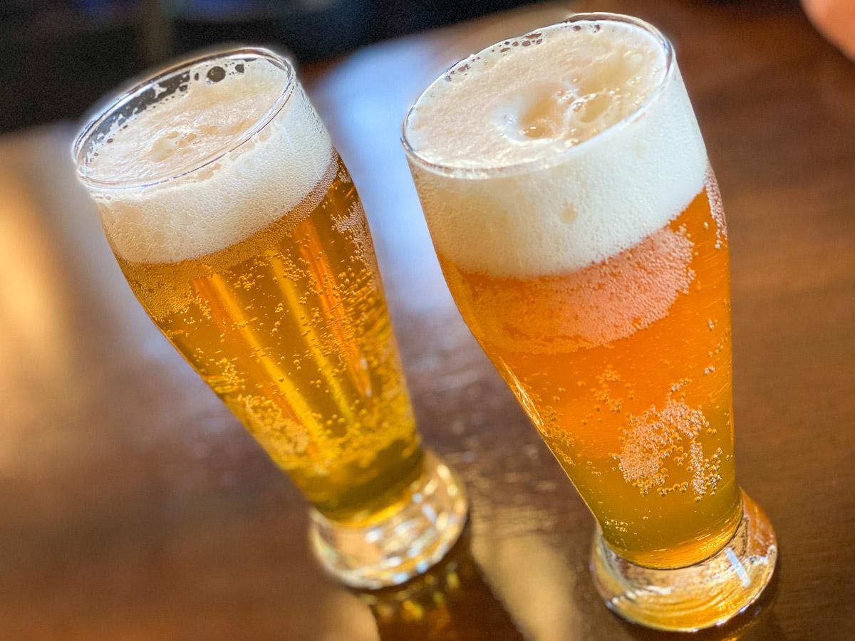 福生の地ビールのピルスナーとペールエール。ともにグラス520円