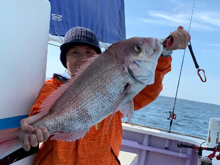 静岡・御前崎の沖合で大物を釣り上げた妻の由紀子さん