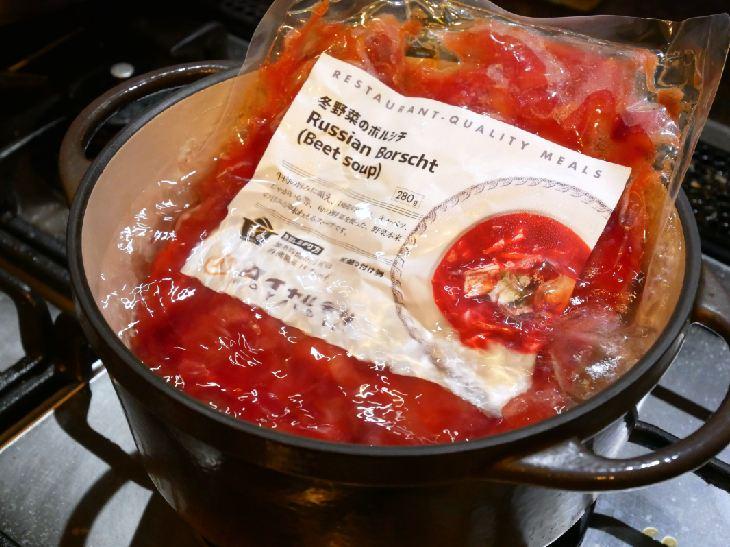 写真は「冬野菜のボルシチ」。商品がしっかり浸るお鍋に入れましょう