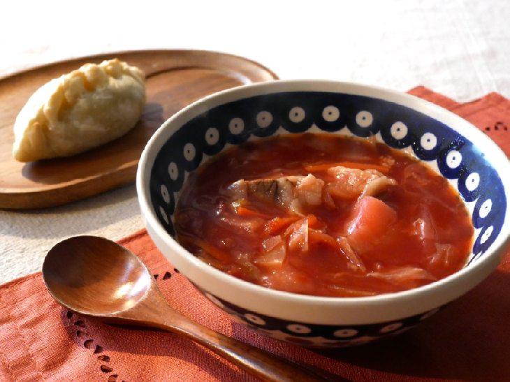 「焼きピロシキ(2個」と冬野菜のボルシチセット」1500円(税込)