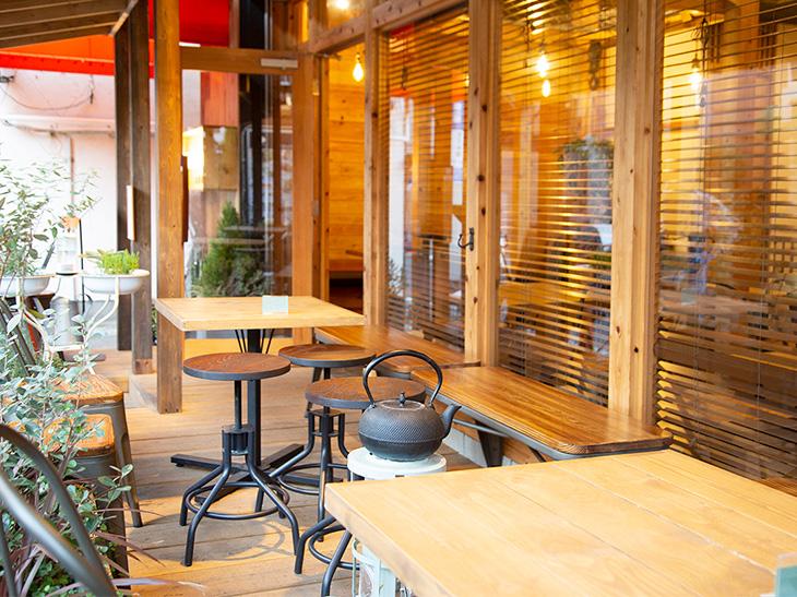 台湾のオシャレなカフェのような店内。テラス席もあります