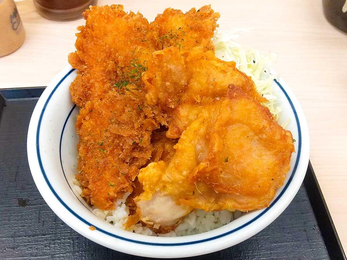 「タレカツとから揚げの合い盛り丼」649円(税込)