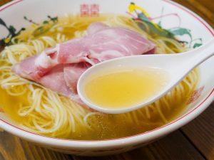 スッキリとした味わいの中に旨みや甘みを感じられる透明感のあるスープ
