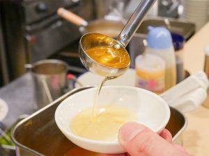 スープと麺の間を絶妙に繋ぐ香味油