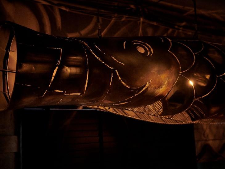 迫力満点、巨大な魚のオブジェ。